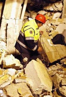 20090408211534-terremoto-20italia-20rescatista-220.jpg